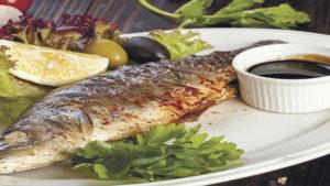 Как быстро почистить рыбу от чешуи