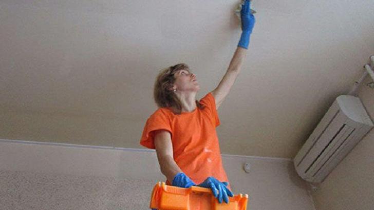 Мыть натяжной потолок без разводов