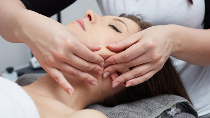 Как проходит процедура скульптурного массажа лица
